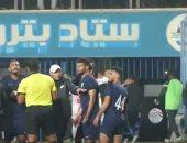 ثورة غضب من لاعبى إنبى على الحكم بعد انتهاء مباراة الزمالك.. فيديو