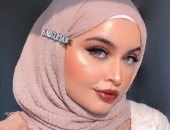 اعرفى إزاى تلبسى إكسسوارات الحجاب فى 2021.. من البيريه للكليبسات