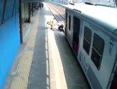 شرطى ينقذ راكبا من الدهس تحت القطار فى آخر لحظة بمحطة مومباى.. فيديو