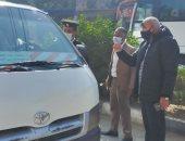 حملات على مواقف السيارات بالقرنة لمتابعة تطبيق إرتداء الكمامات