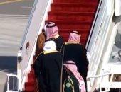 ولى العهد السعودى يعانق أمير قطر فور وصوله المملكة لأول مرة منذ 3 سنوات