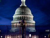 صور.. الشرطة الأمريكية تضع حواجز جديدة بمحيط مبنى الكونجرس
