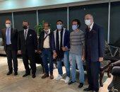 المصريان المحرران من قراصنة قرب سواحل نيجيريا يصلان إلى مطار القاهرة.. صور