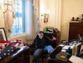كان جالسا وقدمه إلى الأعلى.. 3 تهم تتنظر مقتحم مكتب رئيسة البرلمان الأمريكى