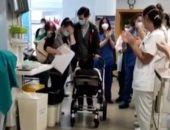 أطباء مستشفى إسبانى يصنعون ممرا شرفيا لرضيع تعافى من كورونا .. فيديو وصور