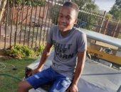طفل من جنوب أفريقيا يحول الخردة المعدنية لسيارة أحلامه.. فيديو وصور