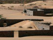 قصة قرية عمانية غمرتها الرمال قبل 30 عامًا وهروب قاطنيها.. اعرف الحكاية