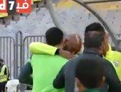 """محمد عنتر يستقبل """"شيكابالا"""" بالأحضان في موقعة الزمالك والمصري.. فيديو"""