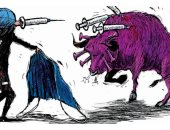 كاريكاتير صحيفة سعودية يرصد مصارعة الفيروس ضد اللقاح