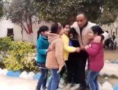 """""""دار يا دار"""".. معلم فى البحيرة يبكى داخل مدرسة لعدم وجود طلابه بسبب كورونا.. فيديو"""
