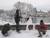 الرجل الثلجى فى البوسنة..  الإبداع من التزلج لصناعة الثماثيل الثلجية