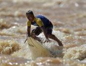 الطبيعى يكسب.. رياضة ركوب الأمواج تحت أمطار البرازيل