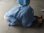 مريض يسجد لله شكرا عقب شفائه من كورونا بعزل الإسماعيلية ويؤكد: كنت جى ميت