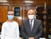 والدة الطالب زياد: لقاء محافظ قنا رسم البسمة على وجهه وطمأن قلبه