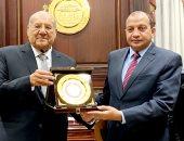 رئيس جامعة بنى سويف يزور رئيس مجلس الشيوخ ويهديه درع الجامعة