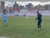 عبد الله مصطفى يستعرض مهاراته مع كرة القدم بساق واحدة مع الونش..فيديو وصور