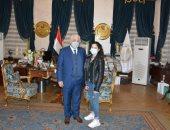 وزير التعليم يكرم ابنة شهيد بعد خلافات مع مدرسة خاصة ويؤكد: سنعاقب المخطئ