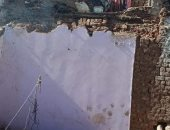 مصرع طفلة وإنقاذ 6 أفراد من تحت أنقاض منزل انهار بقرية شطب بأسيوط.. صور