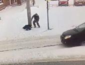 """كاميرا مراقبة ترصد إنقاذ سائق لحياة مسن """"أغمى عليه"""" فى الشارع بروسيا.. فيديو"""