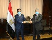 وزير الكهرباء يتسلم جائزه التميز الحكومى العربى عن مشروع بنبان الشمسى