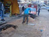 إصلاح كسر ماسورة مياه للشرب بوسط الإسكندرية بسبب هبوط أرضى .. صور