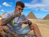 كوري سامبسون بطل Too Hot to Handle يزور مصر وينشر صورة له من أمام الأهرامات