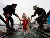 صور.. آلاف الروس في المياه المجلدة بمناسبة عيد الغطاس
