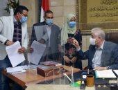 محافظ جنوب سيناء يستقبل إحدى الموهوبات فى مجال الرسم والفن التشكيلى