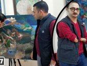 فنان تشكيلى بدرجة دكتور جامعى يهزم الإعاقة: أرسم لوحاتى بفمى ورجلى (فيديو)