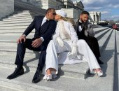 قبلات من جينيفر لوبيز لخطيبها فى جلسة تصوير أمام البيت الأبيض