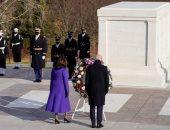 بايدن يضع إكليلًا من الزهور على قبر الجندى المجهول بمقبرة أرلينجتون.. صور
