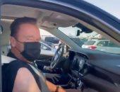 شاهد أرنولد شوارزينجر يتلقى لقاح كورونا فى سيارته أمام أحد مراكز لوس انجلوس