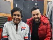 الكينج محمد منير فى أحدث ظهور من كواليس العمل على أغنية جديدة مع مدين.. صورة