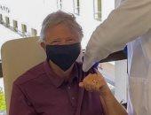 بيل جيتس يتلقى الجرعة الأولى من لقاح كورونا.. صور