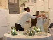 هزار تقيل.. عريس يقذف عروسه بالتورتة أثناء حفل زفافهما بأمريكا.. فيديو وصور