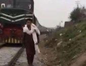 """قطار يدهس شابًا باكستانيًا أثناء تصوير فيديو لنشره على """"تيك توك"""".. صور"""