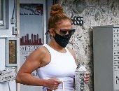 """جينيفر لوبيز تستعرض لياقتها البدنية أثناء توجها لـ""""الجيم"""" فى ميامى.. صور"""