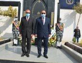 عيد الشرطة.. محافظ القليوبية ومدير الأمن يضعان إكليل الزهور على قبر الجندى المجهول.. فيديو