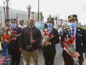 الداخلية توزع الورود والهدايا على المواطنين بالشوارع احتفالا بعيد الشرطة