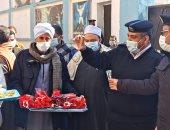 الشرطة تحتفل مع المواطنين بالذكرى 69 بتوزيع الورود والأعلام بجرجا سوهاج.. صور