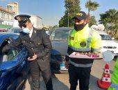 أمن الإسماعيلية يوزع الورود على قائدى السيارات والأهالى بالشوارع.. فيديو وصور