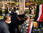 عيد الشرطة .. محافظ الدقهلية يضع إكليلا من الزهور على النصب التذكارى للشهداء