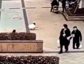 شقاوة عيال.. طفل يفجر 5 بالوعات بعد إلقاء الألعاب النارية عليها.. فيديو