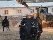 إسرائيل تهدم مسجدا قيد الإنشاء جنوب الخليل.. فيديو وصور
