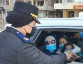 رجال الشرطة يواصلون توزيع الهدايا على المواطنين بالشوارع اليوم