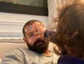 """عمرو يوسف يستسلم للعب ابنته """"حياة"""" فى وجهه: تفتكروا أقدر أفتح بقى.. صورة"""