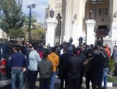 أقارب محمد الصغير يمنعون مراسل قناة فضائية حاول التصوير أمام المقابر