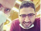 فاضى شوية.. حمزة نمرة بيشرب قهوة فى حتة بعيدة مع الشاعر محمود فاروق × صورة