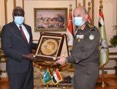 وزير الدفاع يلتقى برئيس مفوضية الإتحاد الأفريقى لبحث علاقات التعاون المشترك