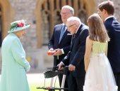 الملكة إليزابيث تعزى توم مور: أفكارى وأفكار العائلة المالكة مع أسرته